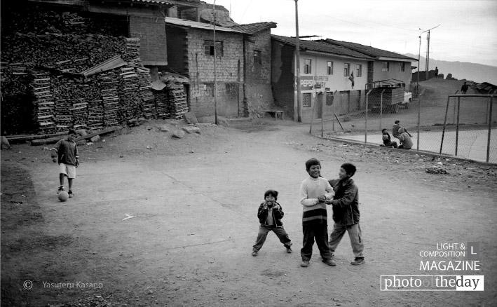 Kids in Cuzco, by Yasuteru Kasano